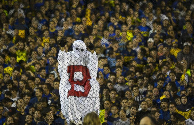 Simpatizantes de Boca Juniors aguardan el comienzo del partido ante River Plate. Foto: EFE