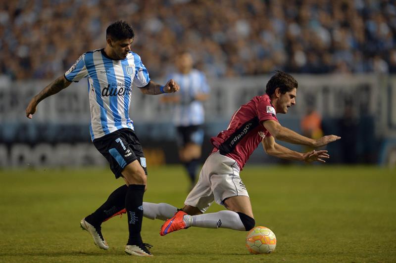 Alex Silva (d) de Wanderers ante Gustavo Bou (i) de Racing Club. EFE