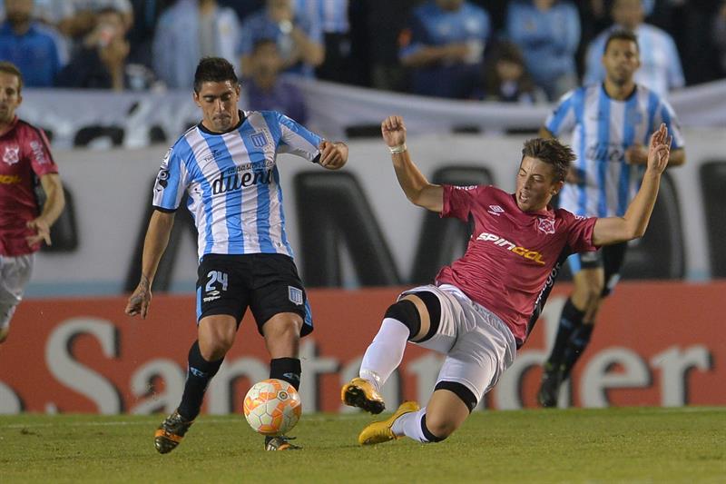 El jugador de Racing Ricardo Diaz (i) disputa el balón con Diego Riolfo (d), de Wanderers. EFE