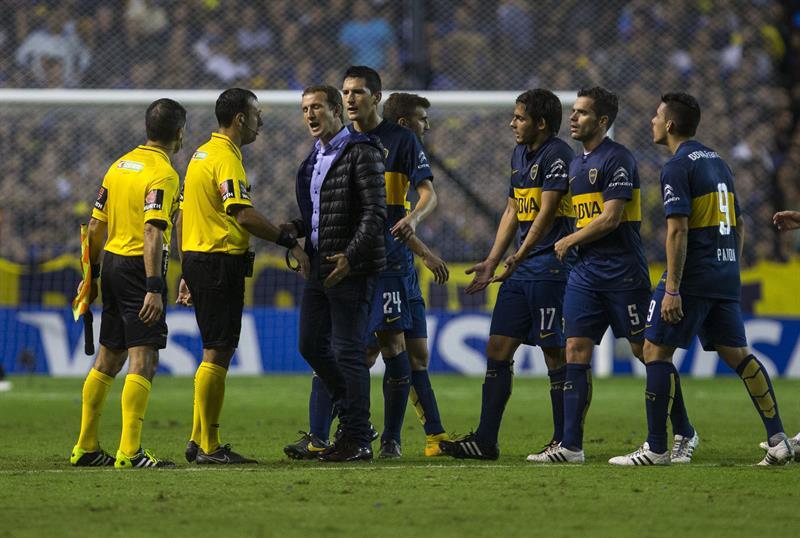 El entrenador de Boca Juniors, Rodolfo Arruabarrena, reclama una falta al árbitro Darío Herrera. Foto: EFE
