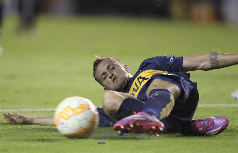 El jugador Nicolás Colazo de Boca Juniors busca un balón ante River Plate. EFE