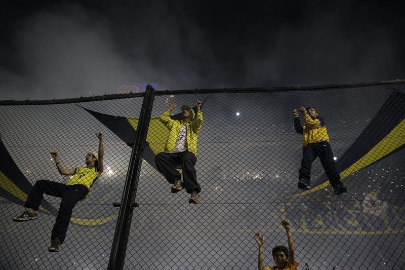 Seguidores de Boca Juniors animan a su equipo. Foto: EFE