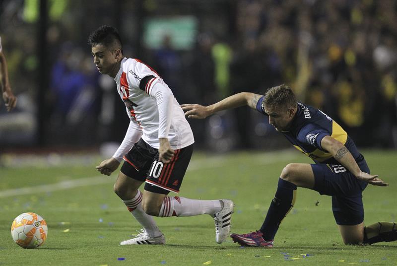 El jugador Nicolás Colazo (d) de Boca Juniors disputa el balón con Gonzalo Martínez (d) de River Plate. Foto: EFE
