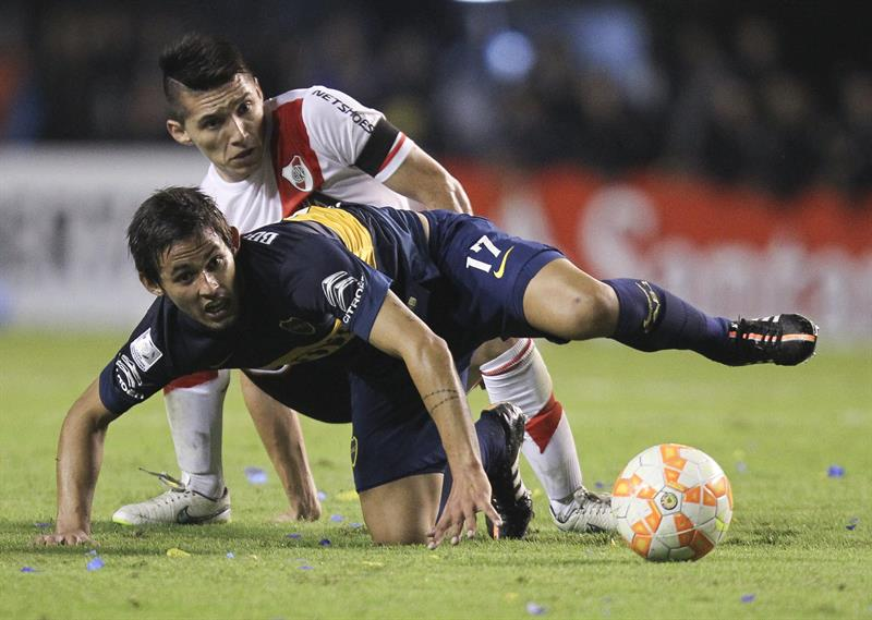 El jugador Marcelo Meli (frente) de Boca Juniors disputa el balón con Matias Kranevitter (atrás) de River Plate. Foto: EFE