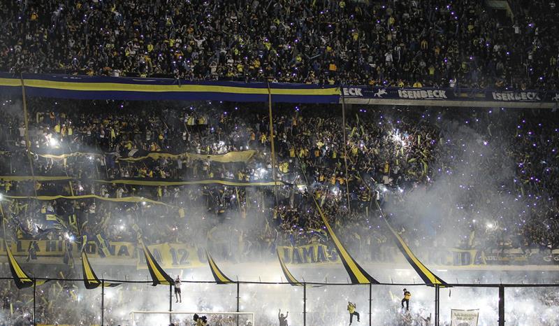 Aficionados de Boca Juniors animan a su equipo. Foto: EFE