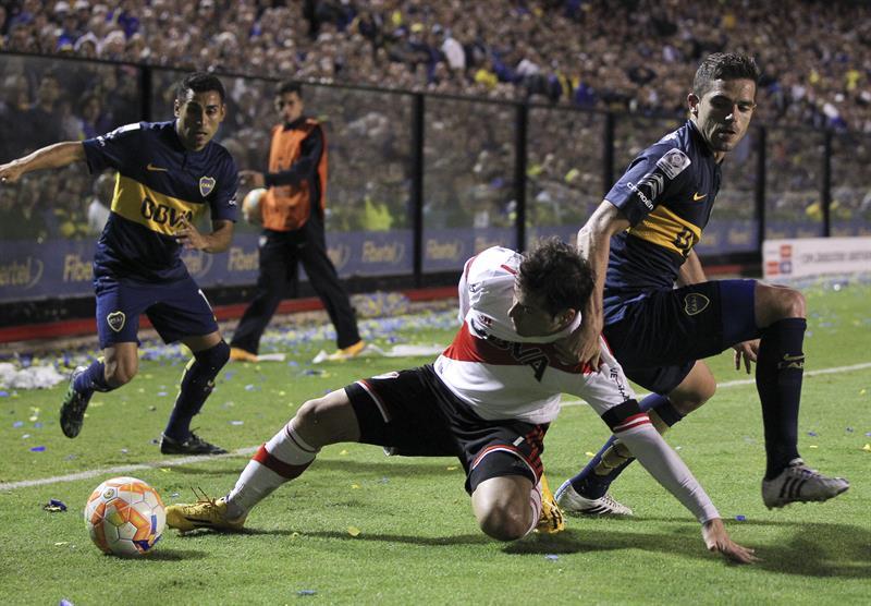 Fernando Gago de Boca Juniors disputa el balón con Gonzalo Martínez de River Plate. EFE