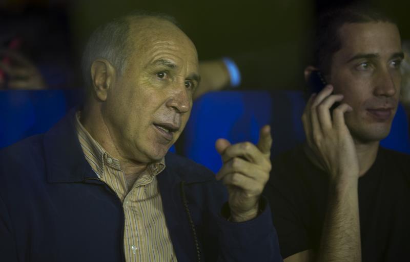 El presidente de la Suprema Corte de Justicia de Argentina, Ricardo Lorenzeti, aguarda el comienzo del partido entre Boca Juniors y River Plate. EFE
