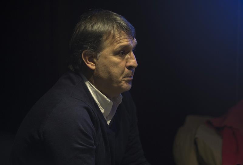 El entrenador de la selección argentina de fútbol, Gerardo Martino, aguarda el comienzo del partido entre Boca Juniors y River Plate. EFE