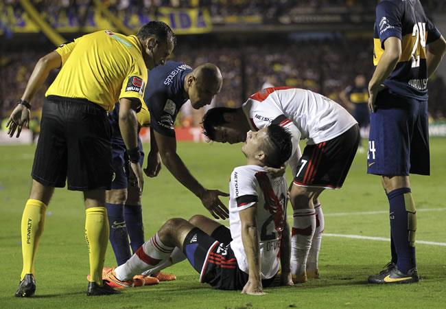 Sebastián Driussi de River Plate es asistido tras el ataque con gas. Foto: EFE