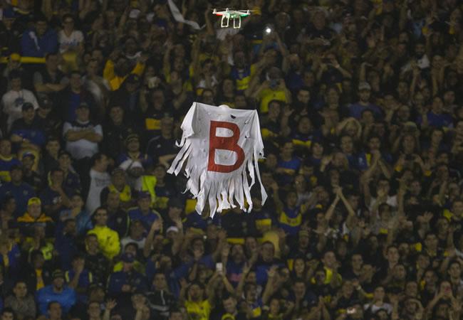 Vista de un dron con una bandera recordando el paso de River Plate por la B. Foto: EFE