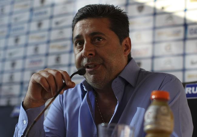 El presidente de Boca Juniors, Daniel Angelici, en rueda de prensa en el estadio de La Bombonera. EFE