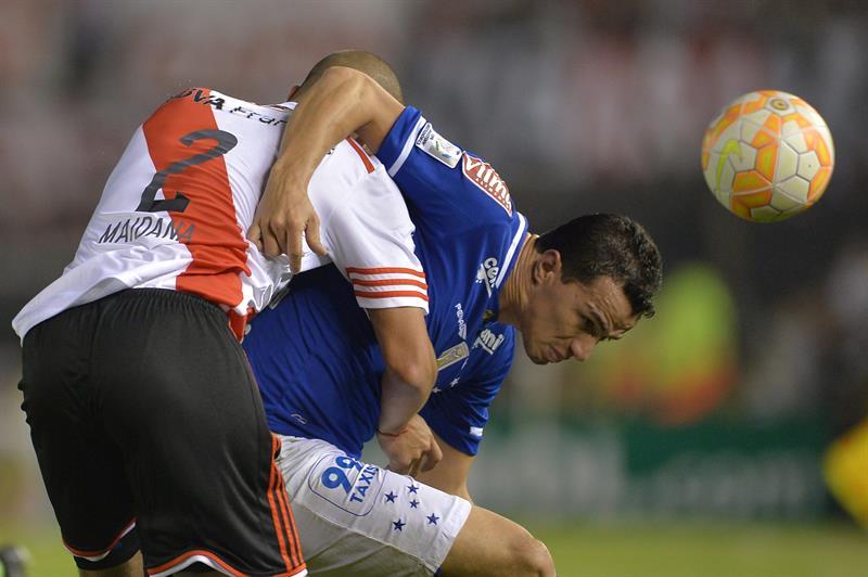 Leandro Damiao (d) del Cruzeiro disputa el balón con Jonathan Maidana (i) de River. Foto: EFE