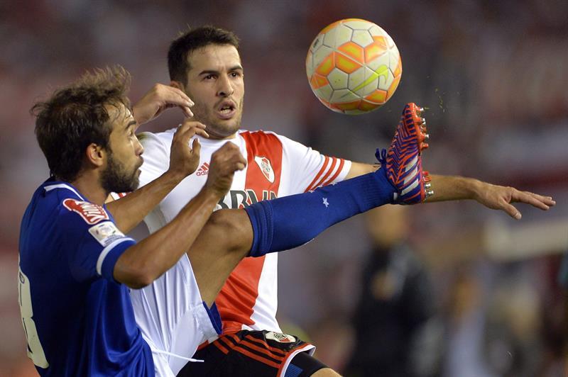 Enrique (i) del Cruzeiro disputa el balón con Camilo Mayada (d) de River. Foto: EFE
