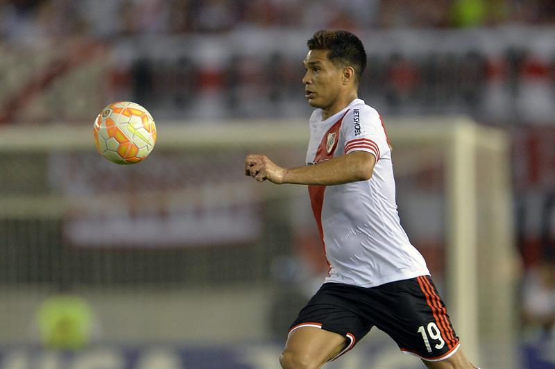 Teófilo Gutiérrez de River Plate controla el balón. Foto: EFE