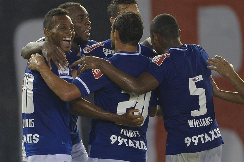 Jugadores del Cruzeiro celebran un gol ante River Plate. Foto: EFE