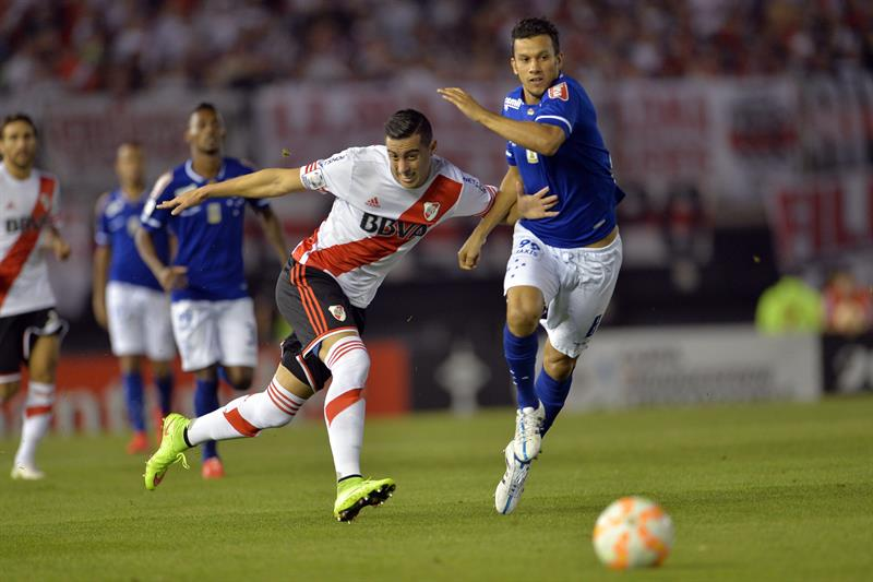 El jugador de River Plate Ramiro Funes Mori (i) disputa el balón con Henrique (d), de Cruzeiro. Foto: EFE