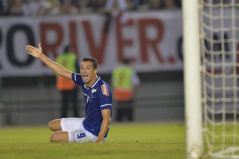 El jugador de Cruzeiro Leandro Damiao, durante un partido entre River Plate y Cruzeiro. Foto: EFE