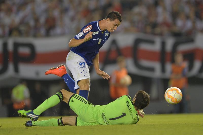 El portero de River Plate, Mracelo Barovero, disputa el balón con Leandro Damiao (i), del Cruzeiro. Foto: EFE