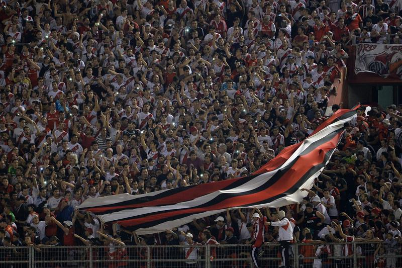 Aficionados de River Plate asisten al partido frente a Cruzeiro. Foto: EFE