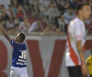 Cruzeiro derrota a River y le saca distancia
