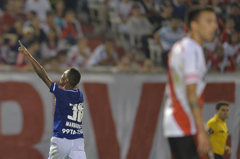 Marquinhos del Cruzeiro celebra un gol ante River Plate. Foto: EFE