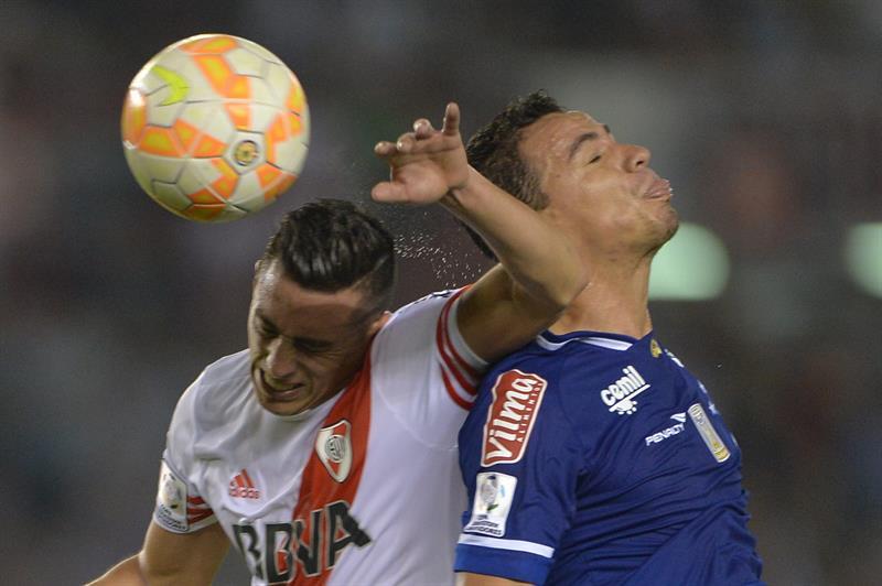 Leandro Damiao (d) del Cruzeiro disputa el balón con Ramiro Funes Mori (i) de River Plate. Foto: EFE