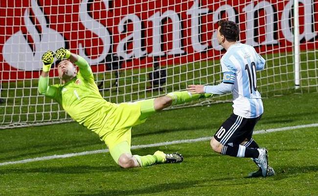 David Ospina y Lionel Messi en su duelo de cuartos de final. Foto: EFE.