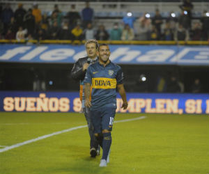 Carlos Tévez complace a sus aficionados
