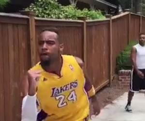 Joven es furor en redes al imitar jugadores de la NBA