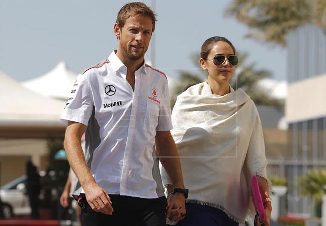 El piloto británico de Fórmula Uno, Jenson Button y su novia Jessica Michibata. Foto: EFE/Archivo