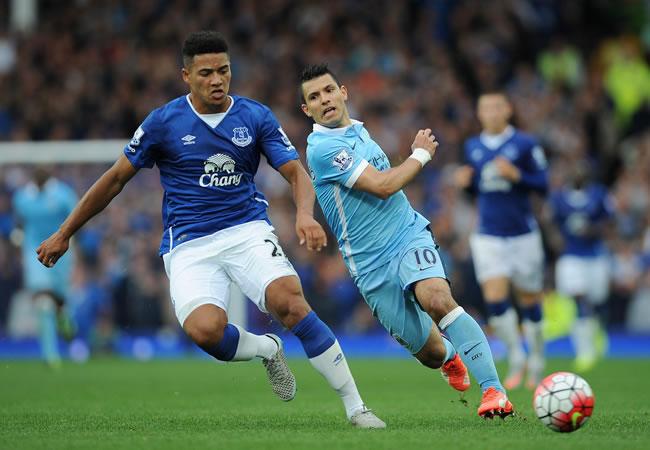 El argentino Sergio 'Kun' Agüero detuvo el partido para que un aficionado del Everton fuese atendido. Foto: EFE