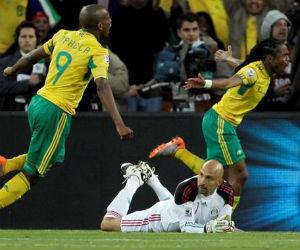 Siphiwe Tshabalala anotó un soberbio gol en la Liga de Sudáfrica