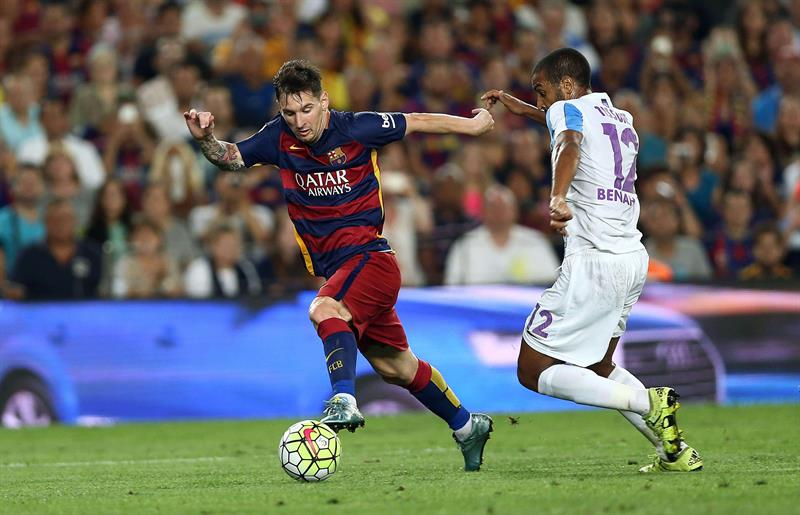 El delantero argentino del FC Barcelona Leo Messi (i) se escapa del jugador del Málaga CF. EFE
