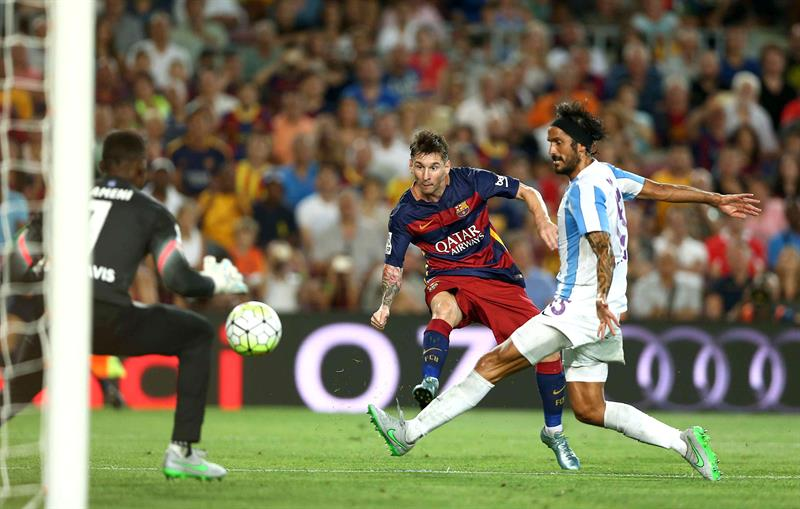 El delantero argentino del FC Barcelona Leo Messi (c) dispara a puerta entre Angeleri (d) y Kameni (i), del Málaga CF. EFE