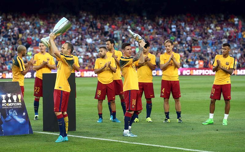 El delantero del Barcelona, Lionel Messi (c) levanta el trofeo como mejor futbolista de Europa. EFE