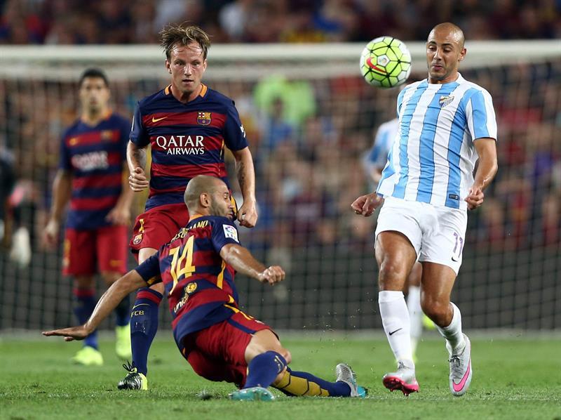 El defensa argentino del FC Barcelona Javier Mascherano (i) lucha el balón con el marroquí Nordin Amrabat, del Málaga CF. EFE