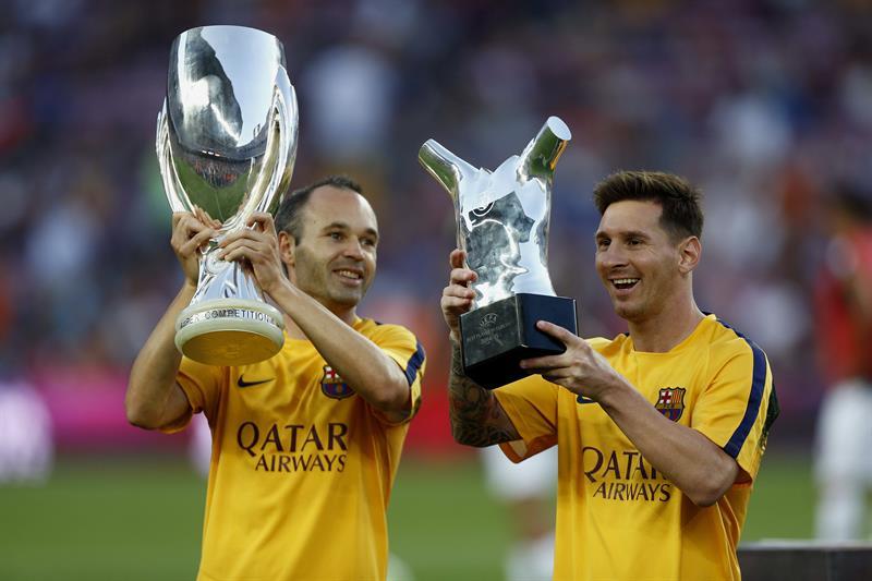 El delantero del Barcelona, Lionel Messi (d) levanta el trofeo como mejor futbolista de Europa. EFE