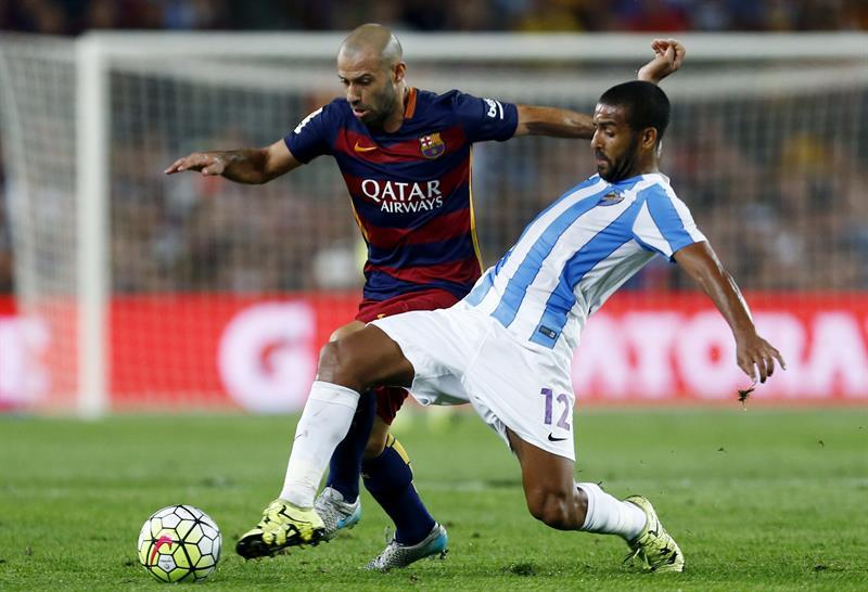 El defensa argentino del FC Barcelona Javier Mascherano (i) lucha el balón. EFE