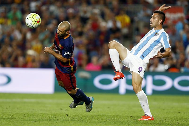 El defensa argentino del FC Barcelona Javier Mascherano (i) lucha el balón con Charles, del Málaga CF. EFE