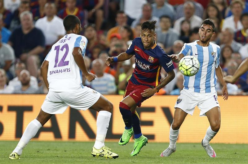El delantero brasileño del FC Barcelona Neymar Da Silva (c) lucha el balón con el argentino Fernando Tissone (i). EFE