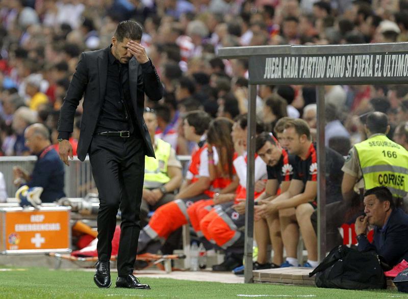 El entrenador del Atlético de Madrid, Diego Simeone, durante el encuentro correspondiente a la tercera jornada de primera división. Foto: EFE