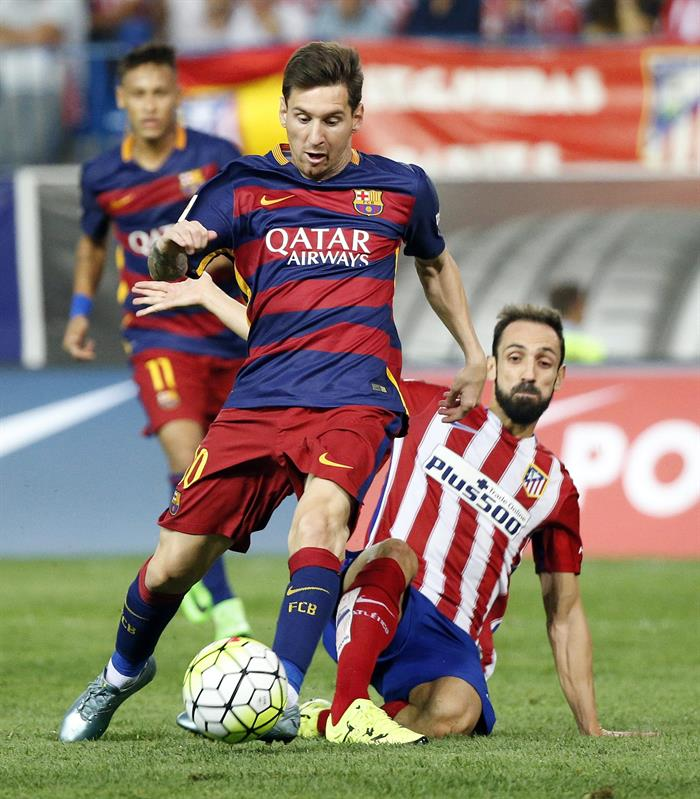 El defensa del Atlético de Madrid, Juanfran (d) y el delantero del Barcelona Lionel Messi. Foto: EFE