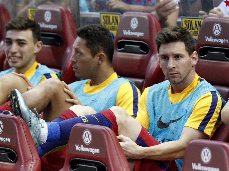 Los jugadores del Barcelona Adriano Correia, Lionel Messi y Jordi Masip (i-d) en el banquillo al inicio del partido ante Atlético de Madrid. Foto: EFE