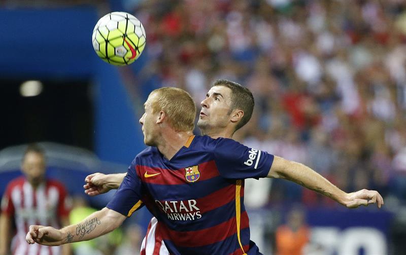 El defensa francés del F Barcelona, Jeremy Mathieu (i), disputa la pelota ante el centrocampista del Atlético de Madrid, Gabi Fernández. Foto: EFE