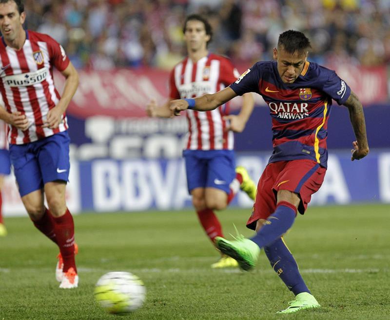 El delantero brasileño del F. C. Barcelona, Neymar (d), dispara a puerta ante el Atlético. Foto: EFE