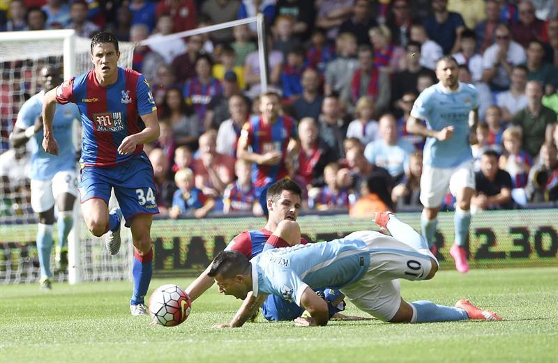 El delantero argentino Sergio 'Kun' Agüero, lesionado en la rodilla durante el encuentro ante el Crystal Palace. Foto: EFE