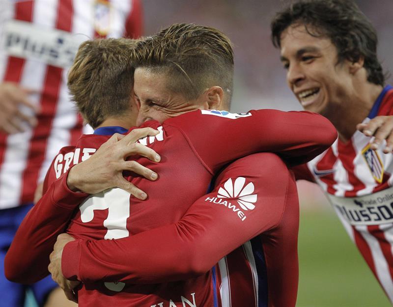 El delantero del Atlético de Madrid, Fernando Torres (c), celebra su gol ante el FC. Barcelona. Foto: EFE