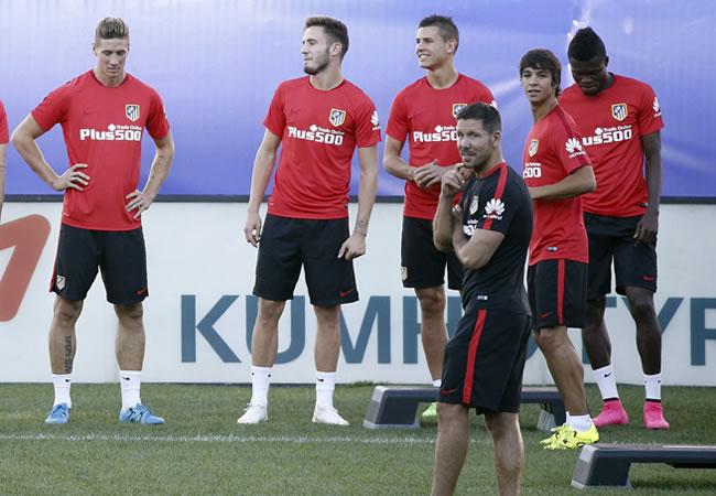 El DT del Atlético de Madrid, el argentino Diego Pablo Simeone (primer termino), junto a sus jugadores durante el entrenamiento realizado en el Vicente Calderón de Madrid. Foto: EFE