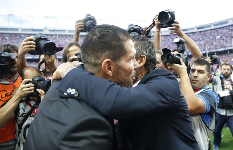 El entrenador del Atlético de Madrid, Diego Pablo Simeone (i), saluda al entrenador del Barcelona, Luis Enrique. Foto: EFE