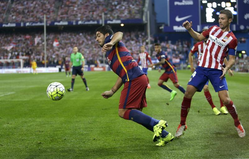 El delantero uruguayo del F Barcelona, Luis Suárez (c), se lleva la pelota. Foto: EFE